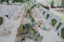 Wunderschöne Tischdekoration einer Ruinenhochzeit im Freien festgehalten von Hochzeitsfotografin Conny Schöffmann Photography aus Würzburg
