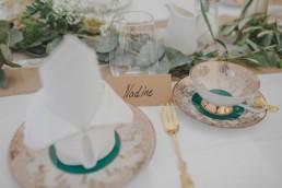 Natürlich dekorierter Mittagstisch einer outdoor Ruinenhochzeit festgehalten von Hochzeitsfotografin Conny Schöffmann Photography aus Würzburg