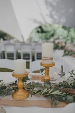 Stimmungsvoll mit Kerzen dekorierte Tafel im Freien festgehalten von Hochzeitsfotografin Conny Schöffmann Photography, Würzburg