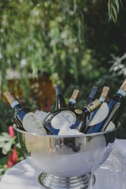 Metallbottich mit eisgekühlten Weinflaschen einer Ruinenhochzeit unter freiem Himmel in Würzburg fotografiert von Würzburger Hochzeitsfotografin Conny Schöffmann Photography