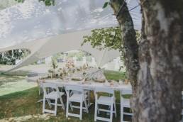 Stimmungsvolle Hochzeitstafel unter einem Zelt in der Natur fotografiert von Hochzeitsfotografin Conny Schöffmann Photography aus Würzburg