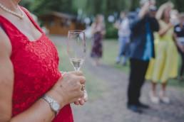 Entspannter Gast hält Sektglas in der Hand auf einer Zelthochzeit in Würzburg fotografiert von Hochzeitsfotografin Conny Schöffmann Photography, Würzburg