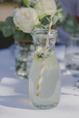 Leckere und natürliche Limonade einer Zelthochzeit in Würzburg fotografiert von Würzburger Hochzeitsfotografin Conny Schöffmann Photography