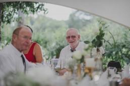 Gast lacht locker in die Kamera fotografiert von Hochzeitsfotografin Conny Schöffmann Photography aus Würzburg