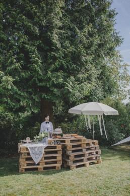 Natürlich dekoriertes Kuchenbuffet unter freiem Himmel festgehalten von Hochzeitsfotografin Conny Schöffmann Photography, Würzburg
